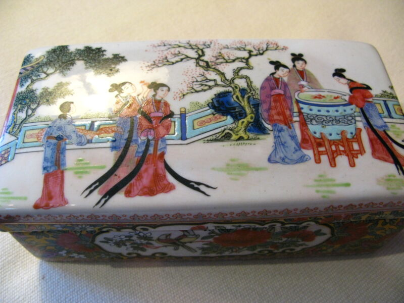 Beautiful Antique Chinese Porcelain Box Featuring Six Ladies Qing Dynasty