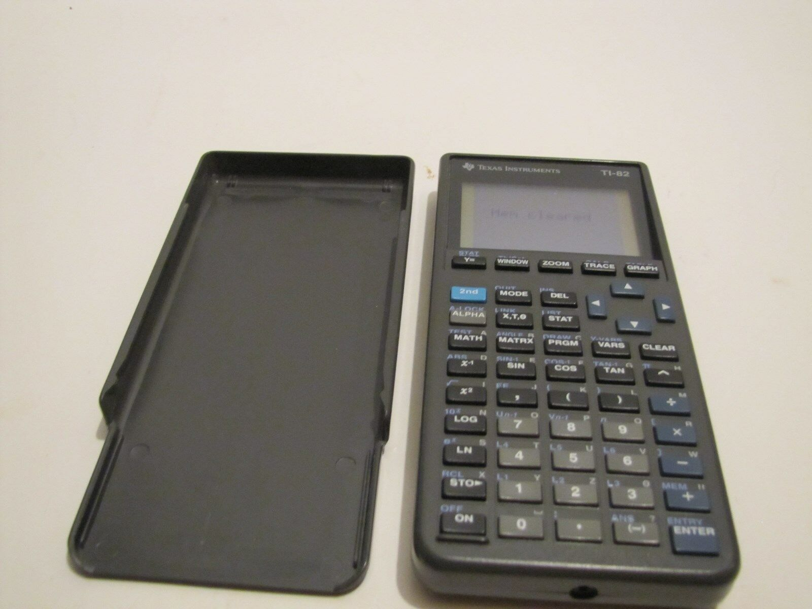 TEXAS INSTRUMENTS TI-82 GRAPHING CALCULATOR WORKS.