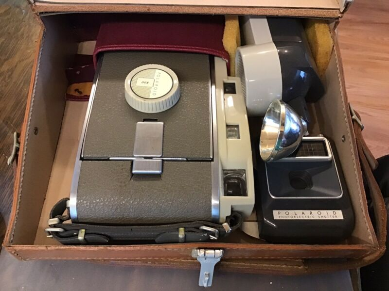 VINTAGE POLAROID MODEL 800 LAND CAMERA..CASE..LOTS OF EXRAS,  GREAT CONDITION