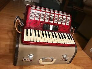 PARROT Quality Accordion approx 20 years old functions 100%