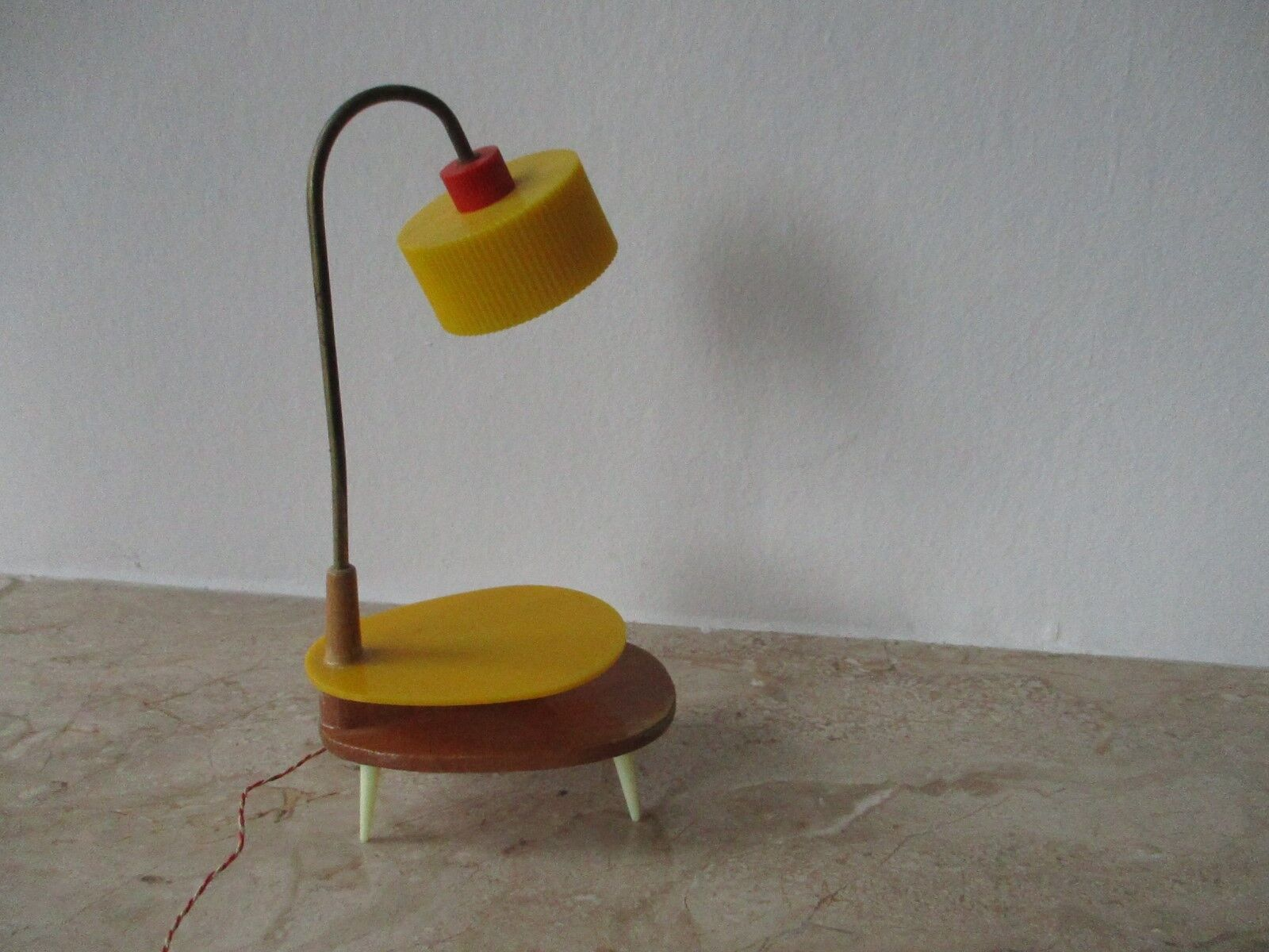 alte 60er jahre ddr wohnzimm stehlampe tischlampe f r die puppenstube eur 49 99 picclick de. Black Bedroom Furniture Sets. Home Design Ideas