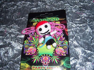 1 Voodoo Schlüsselanhänger Mädchen pinke Haare Puppe Neu verrückt
