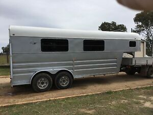 Hino-Bueno gooseneck horse float Oakey Toowoomba Surrounds Preview