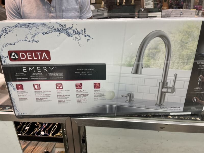 Delta Emery Single-Handle Pull-Down Sprayer Kitchen Faucet Stainless Steel