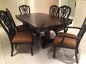 Dining table with 2 leafs and 6 chairs