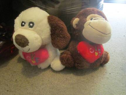 """Dog & Monkey Holding Hearts That Say """"Love"""" ***NEW***"""