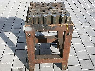 alte Gesenkplatte / Schmiedeplatte 45,5 x 45,5cm mit massivem Holz-Untergestell