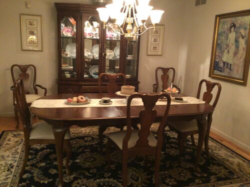 DINING ROOM SET - Excellent condition