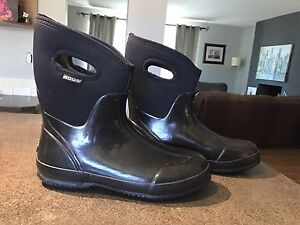 Ladies BOGS size 12 practically new