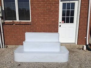 Pool steps without rails