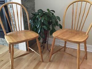 Deux chaises anciennes en merisier