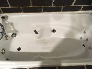 Free large spa bath with pump (not working) Byron Bay Byron Area Preview