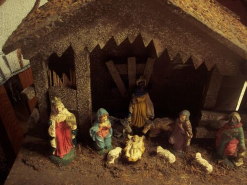 Vintage Wood Manger with 11 Figures - Made in Italy