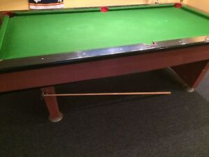 Table billard + lampe de table + boules  + baguettes ++