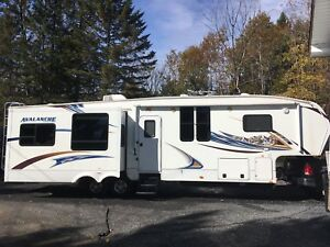 2012 Fifth Wheel Avalanche par Keystone 4 extension