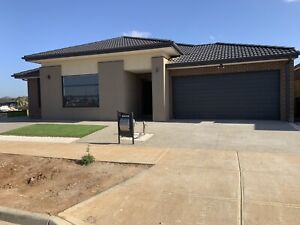 Room for rent in Westbrook Estate (near to Tarneit station)