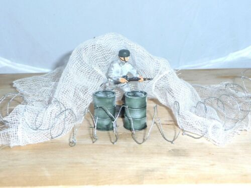 1%2F32+MILITARY+PACK%2C+2+RESIN+PAINTED+OIL+DRUMS%2C+WINTER+CAMO+NET+%26BARBED+WIRE+COIL