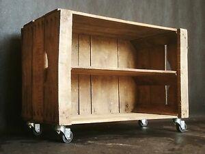 Cassette-della-frutta-vintage-in-legno-trattato-con-ruote-e-ripiano