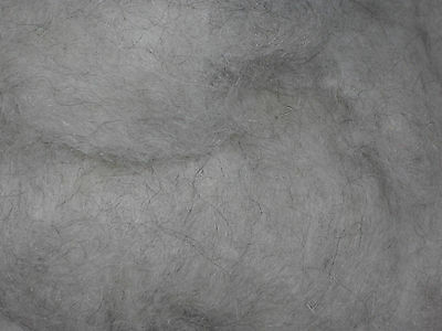 kardierte Wolle in naturmittelgrau als 500g Vlies vom Pommernschaf