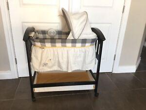 Adorable excellent condition bassinet
