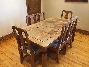 Table en bois massif et 6 chaises
