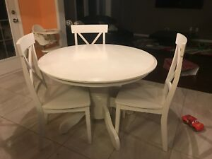 Breakfast table with 3 chairs