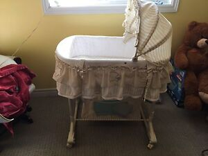 Neutral baby bassinet