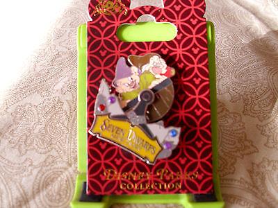 Disney * SEVEN DWARFS MINE TRAIN CAR * New on Card Jeweled Trading Pin
