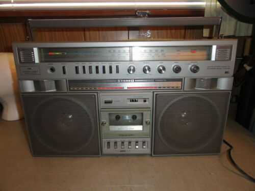 1980s REALISTIC AM-FM CASSETTE MODEL # 14-7784 BOOMBOX WITH OWNERS MANUAL
