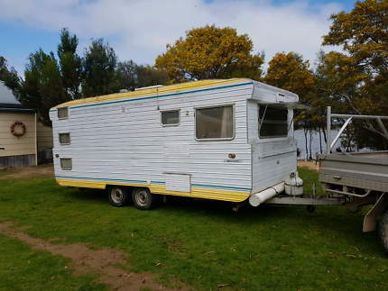 Caravan rooftop aircon dual axle club lounge about 18 foot annex