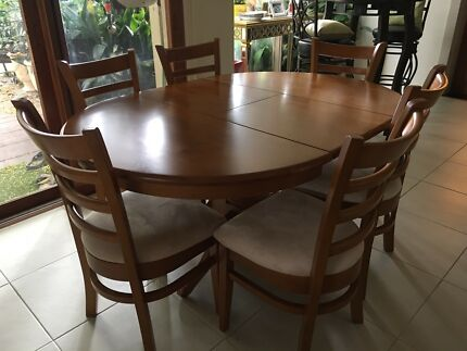 Extendable dining table with 6 dinning chairs