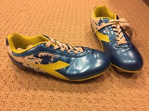 Boys size 3 diadora soccer shoes