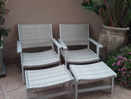 Beachy White wash & wicker 2 outdoor chairs and foot stools