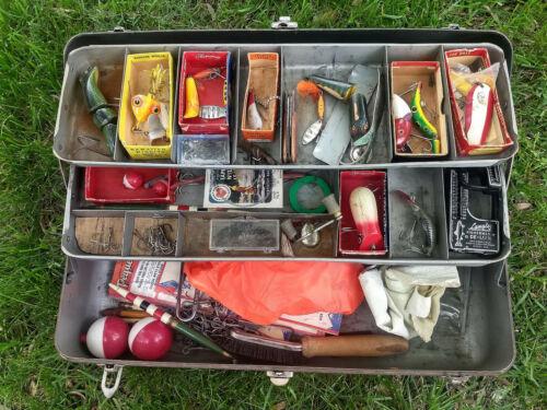 VINTAGE METAL FISHING TACKLE BOX LURES in BOX