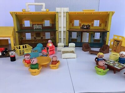 Vintage Fisher Price Little People Family Play House 952 with furniture/figures