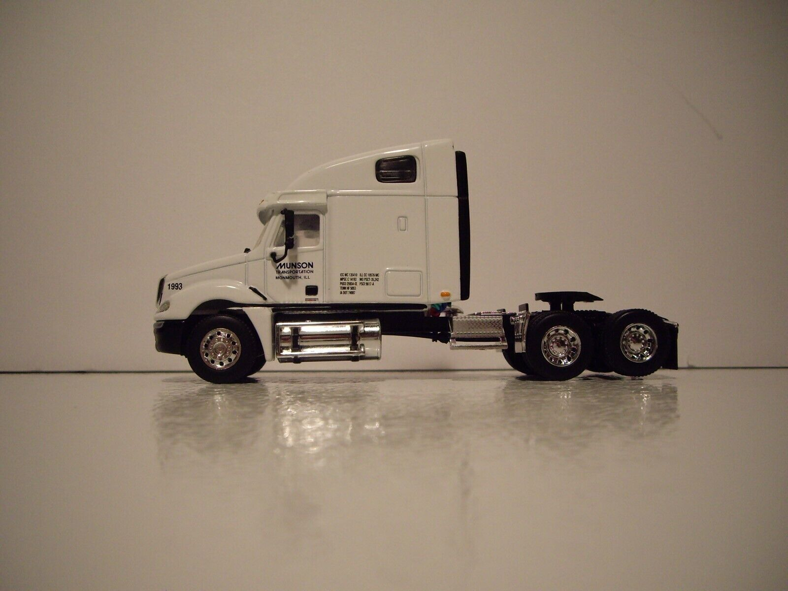 DCP 1/64 MUNSON TRANS FREIGHTLINER COLUMBIA WITH SLEEPER AND 53' DRY VAN 4