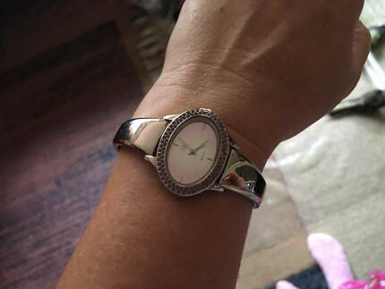 LOVELY NEW LADIES SILVER OVAL QUARTZ WATCH BATTERY + Case
