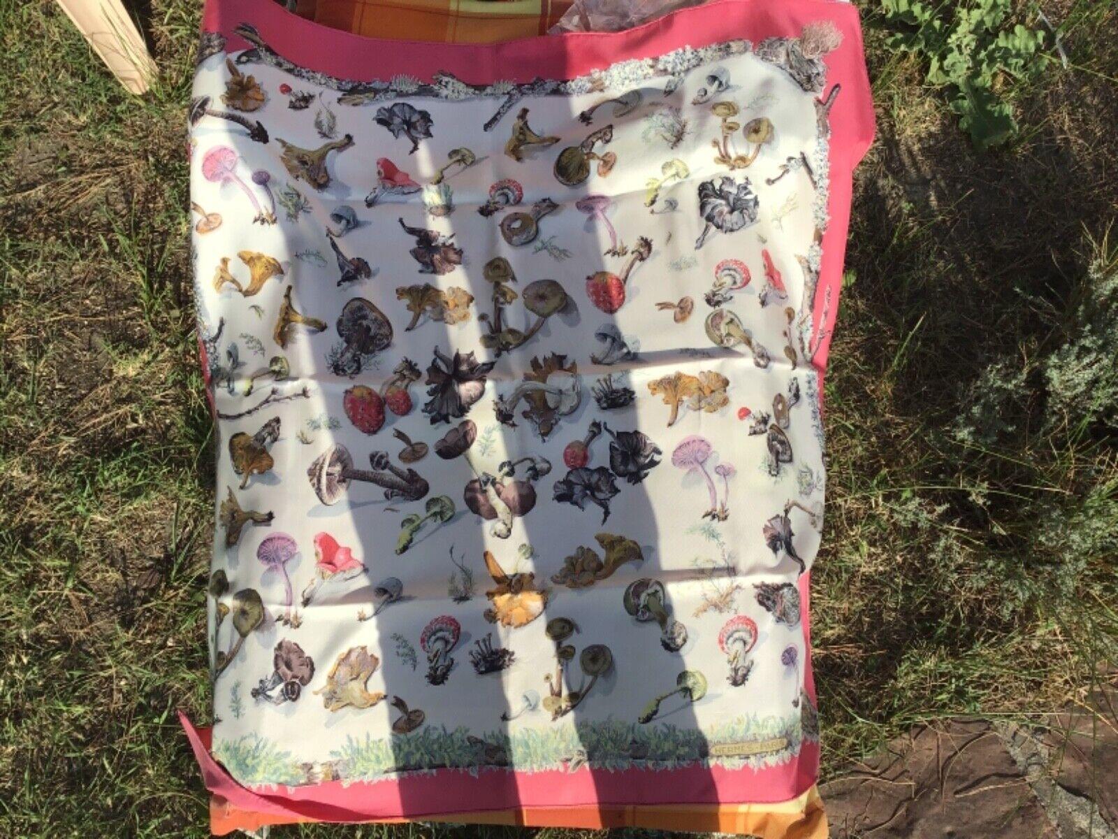 Grand foulard hermès en soie : les champignons