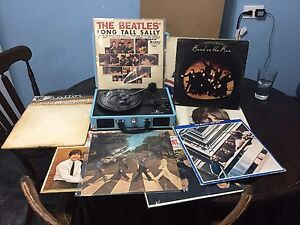 Vintage Records/LPs The Beatles and more w/Retro style Turntable