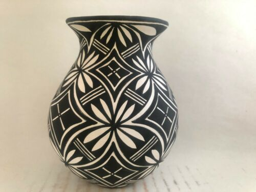 Native American Acoma Pottery vase Lesley Garcia