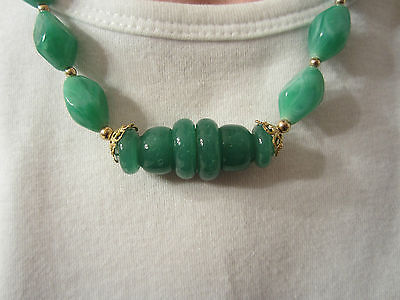 LOVELY EMERALD GREEN COSTUME NECKLACE RESTRUNG VINTAGE BEADS GOLDTONE ACCENTS (Emerald Costume)