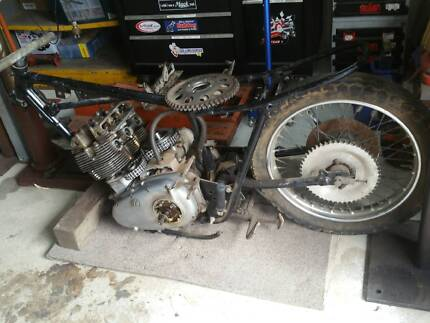 Triumph T160 1975 motor & frame with parts.