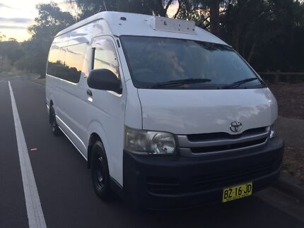 2005 White Toyota Hiace Commuter 200 SER Bus