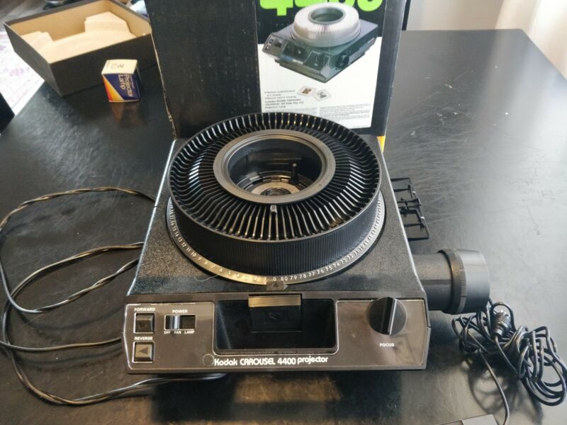Kodak 4400 Carousel Slide Projector in ORIGINAL BOX W/ EXTRAS