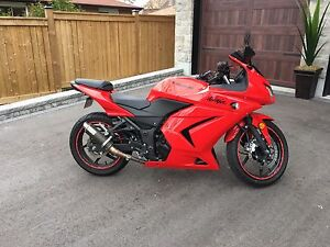 Gorgeous ninja 250 - perfect for a lady rider!
