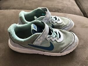 Girls size 1 Nike shoes .$4