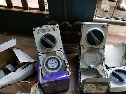BULK LOT OF ELECTRICAL ITEMS INCL. SWITCHS