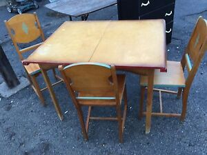 Kitchen retro table and three chairs $80 or best offer