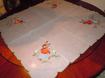 Schönes pflegeleichtes Tischtuch für die Osterzeit bestickt große Hasenmotive