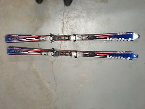 Skis alpins et bottes en excellente condition